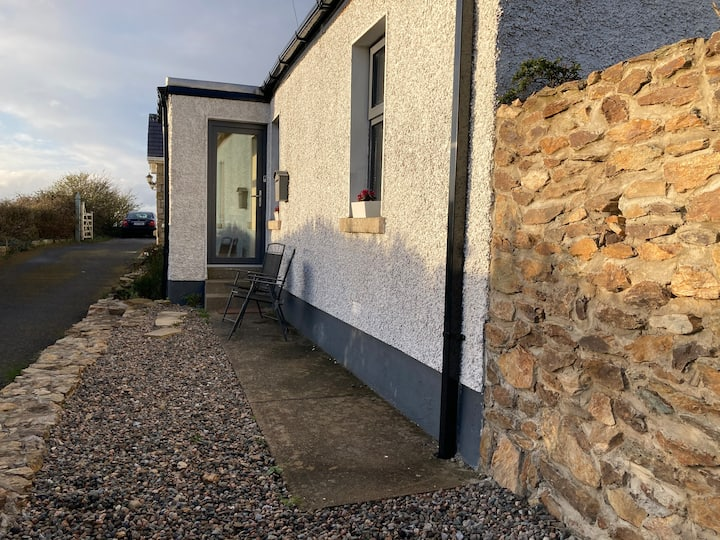 Cottage in Howth, Dublin steps from the cliff path