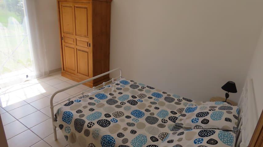 """Jolie chambre """"bleue"""" dans villa"""