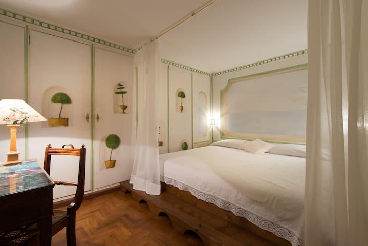 Camera con French Bed (bagno condiviso).