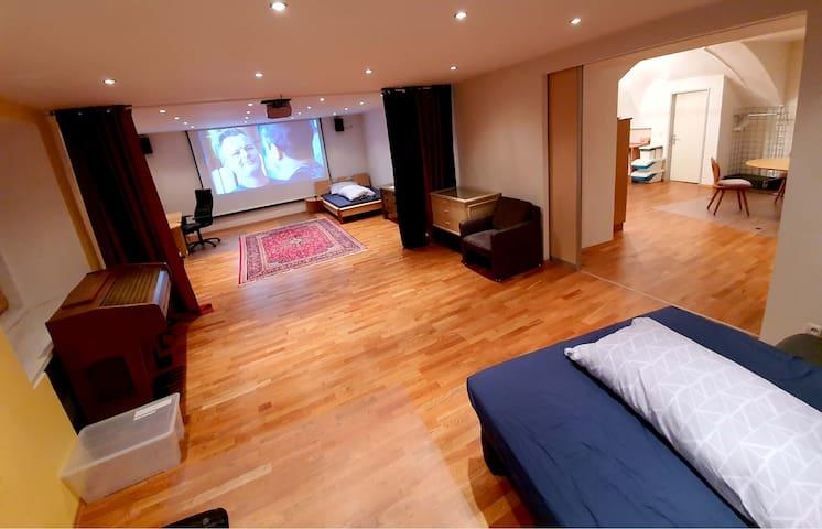 Extra großes Premiumzimmer mitBeamer&Leinwand&WLAN