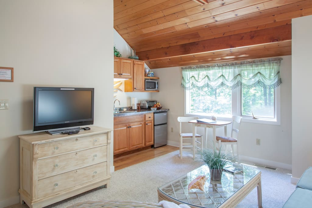 "32"" TV, Well Equipped Kitchenette"