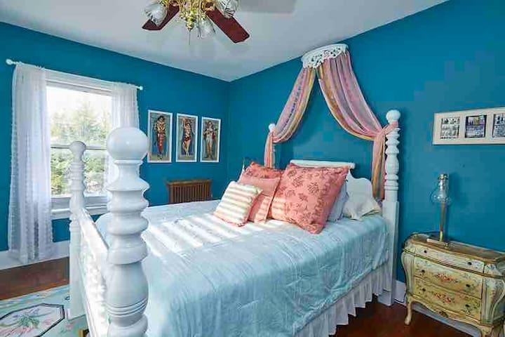 St tropez room with queen bed