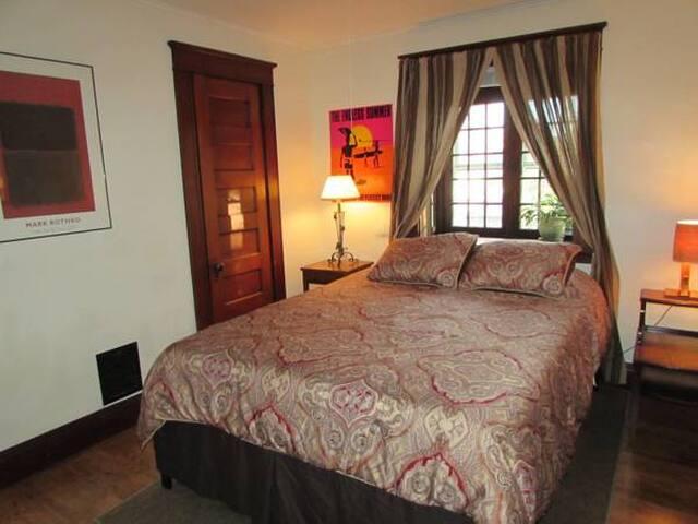 Wanderfalls Guesthouse Queen Bedroom - Off Season