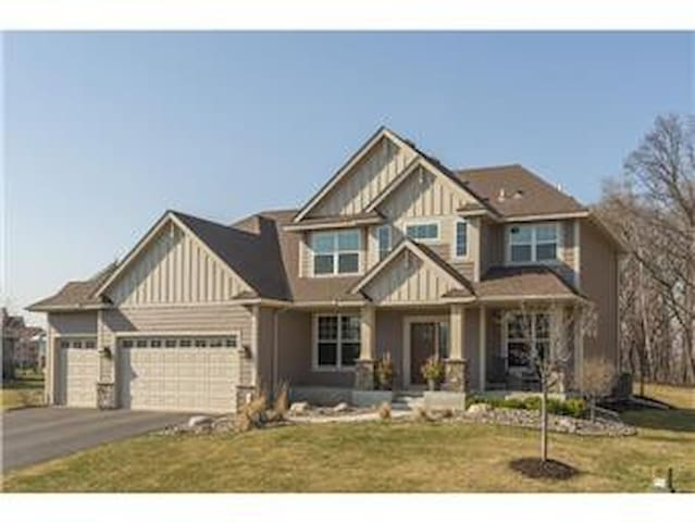 Expansive Mother In Law basement w/ Private Enter. - Maple Grove - Casa