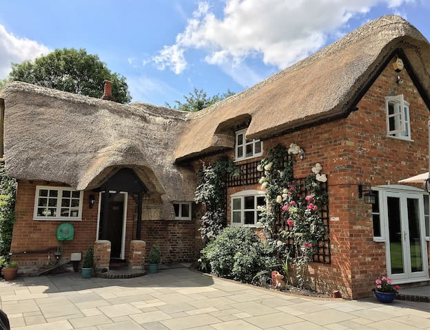 Luxurious Georgian Thatch Cottage sleeps 7 - Hampshire