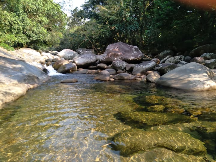 Pequeno aconchego serrano na beira do rio