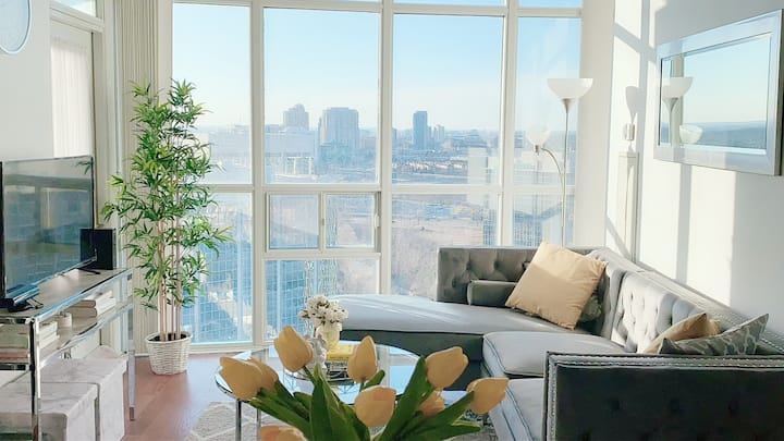 Absolutely Stunning 1bd 2bth condo near Square One