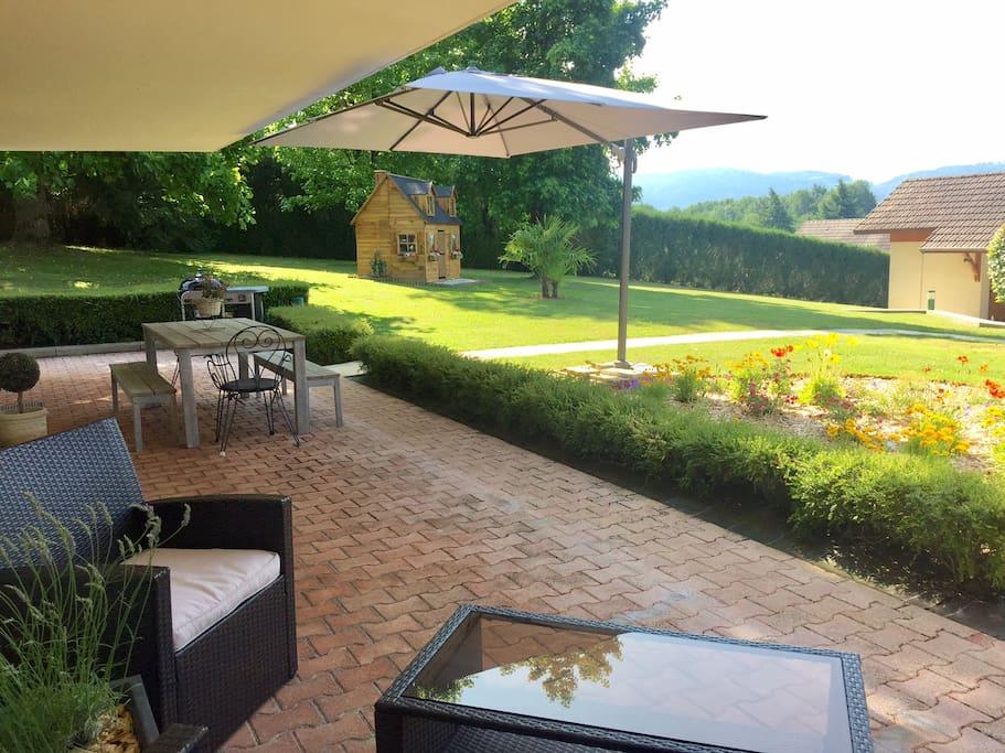 Vue de la terrasse privative de la dépendance, sans vis-à-vis, de 40 m2 exposée plein sud.