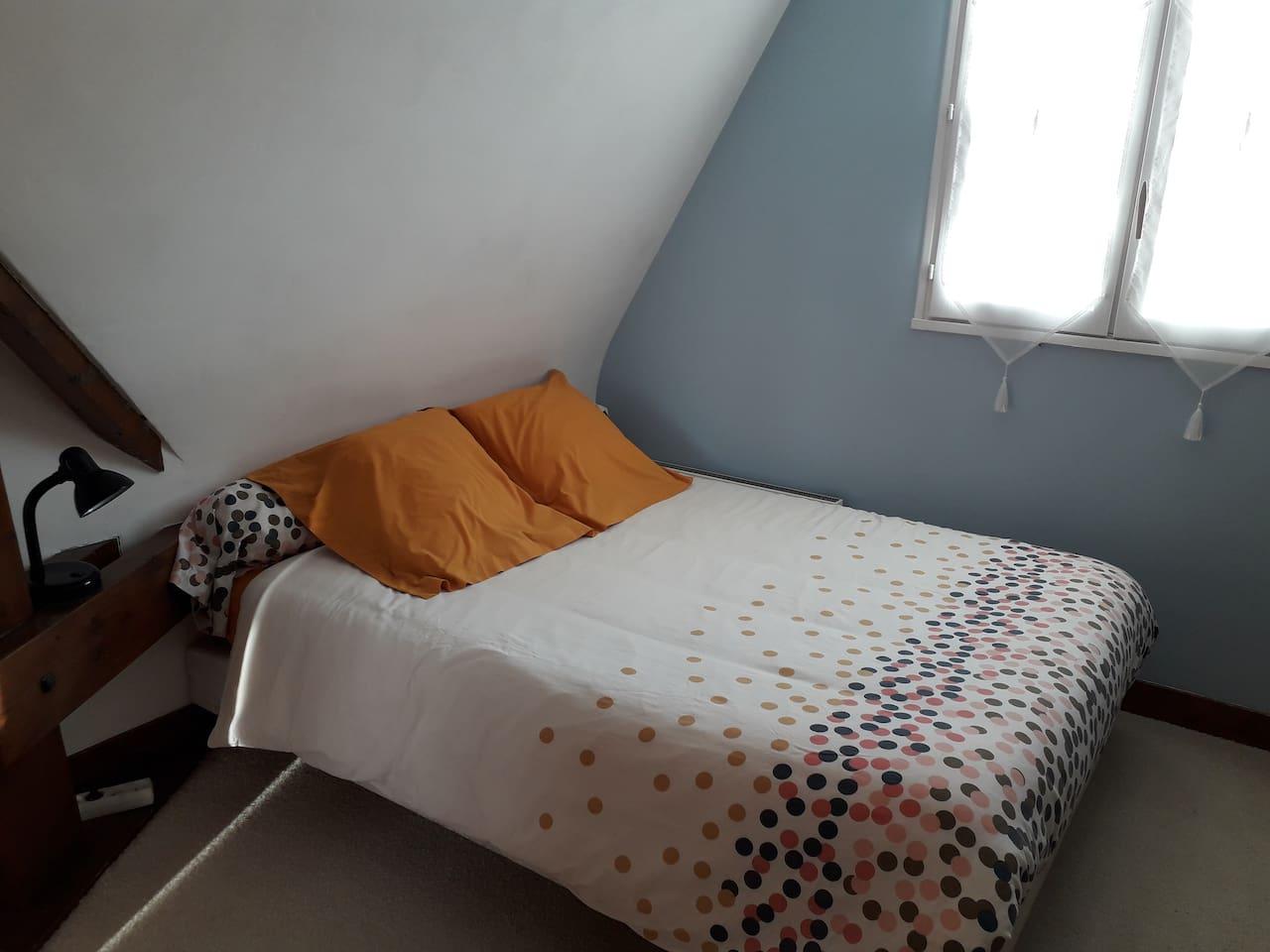 Chambre au premier étage (photo de couverture).