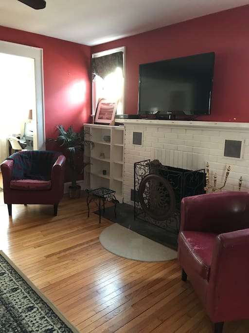 Nicely decorated living room with fireplace, tv, hardwood floors. Free internet, Wi-Fi, cable