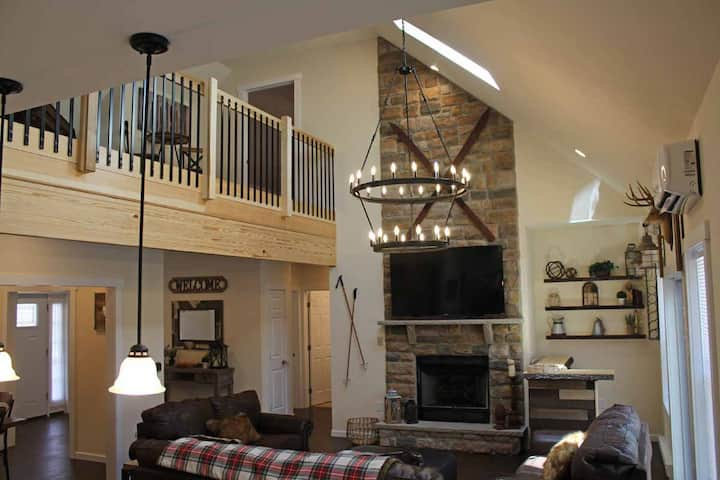 Luxury 6 BR Retreat-Sleeps 20-Hot Tub & Linens Inc