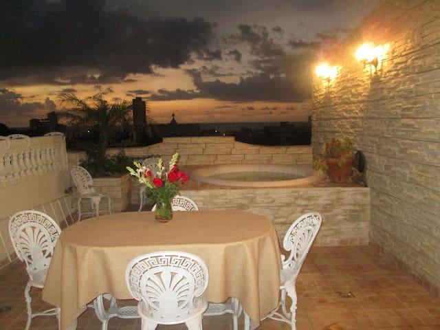 Favoloso attico vista mare, piscina jacuzzi. Wifi