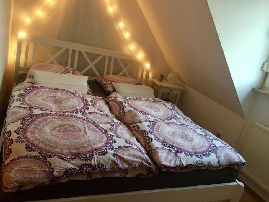 Schlafzimmer mit kleinem Schrank