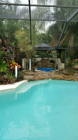 Topical Pool Home 3bd/3ba N/ beach - Bonita Springs - Huis