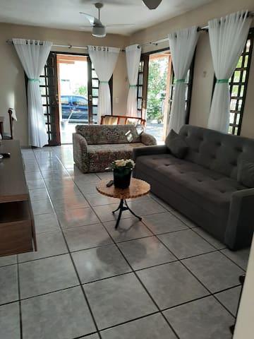 Sala de estar com smartv, wi-fi,dois sofás cama e uma namoradeira