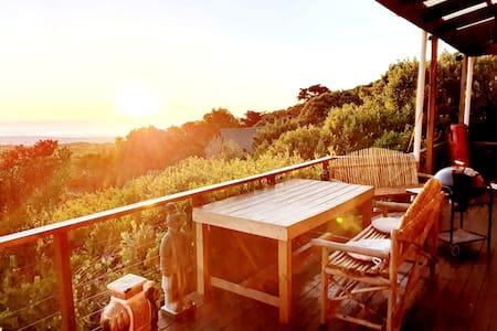 Mountain cabin perfect for couples -Ocean views!