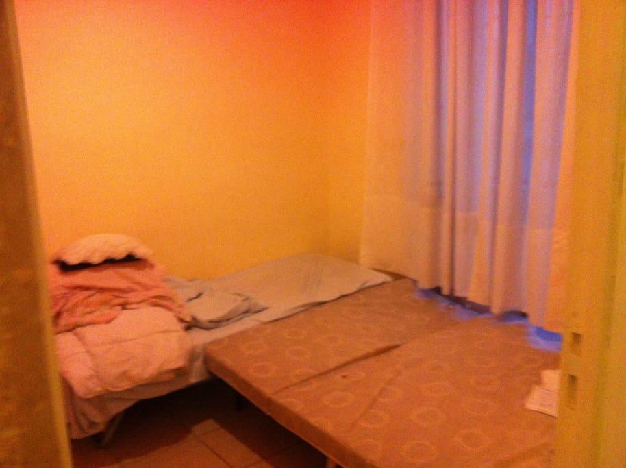 Chambre dans laquelle vous résiderez, spatieuse avec une penderie à votre disposition