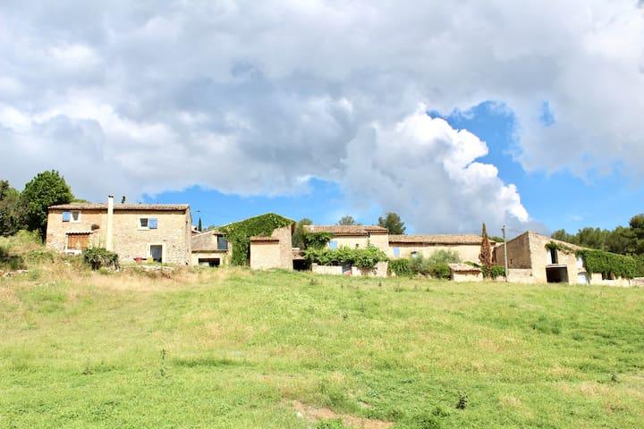 le hameau de Garandeau , le Bastidon au premier plan avec sa terrasse  au soleil levant.