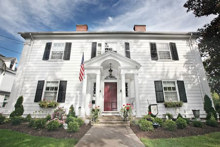 B&B on South Main St with Lakeviews! - Geneva