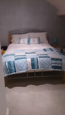 Shifnal, large dormer bedroom with own bathroom - Shifnal - Haus