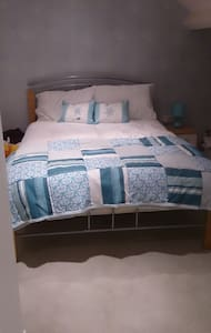 Shifnal, large dormer bedroom with own bathroom - Shifnal - Hus