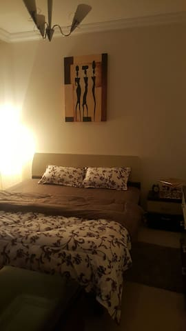 Private spacious master bedroom - Sharjah - Apartamento