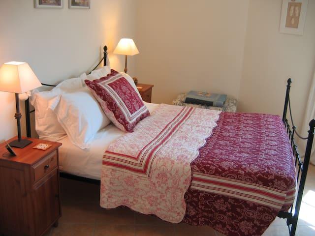 Double bedroom, adjacent bathroom - Ventenac-en-Minervois - Bed & Breakfast