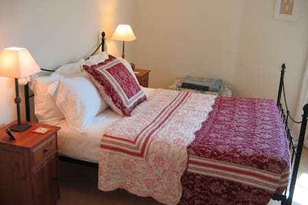 Double bedroom, adjacent bathroom - Ventenac-en-Minervois - Bed & Breakfast