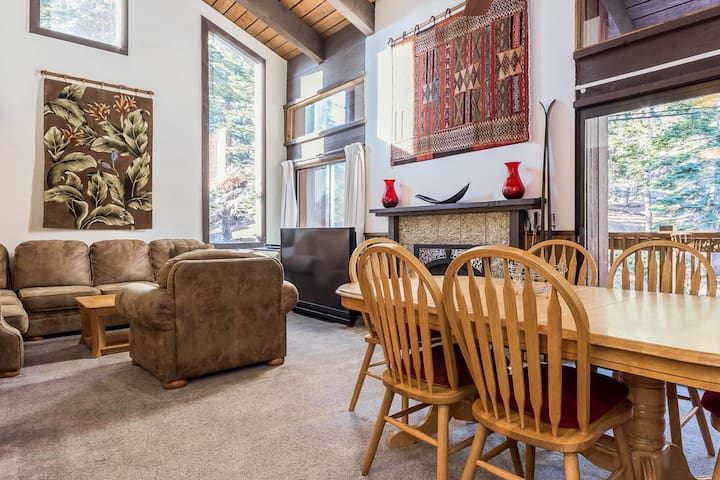 Convenient top-floor condo located on the Mammoth Ski-Back Trail and shared hot tub and lodge amenities