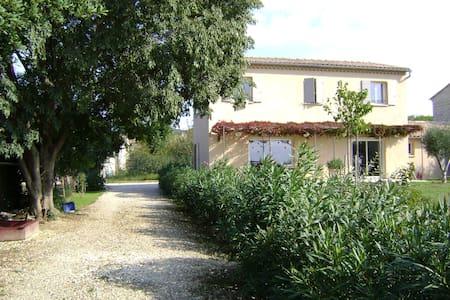 Belle villa avec jardin et piscine - Saint-Hilaire-d'Ozilhan