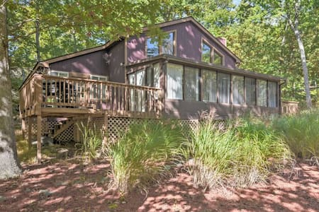 Bright 4BR Bushkill House w/Private Sauna - Bushkill