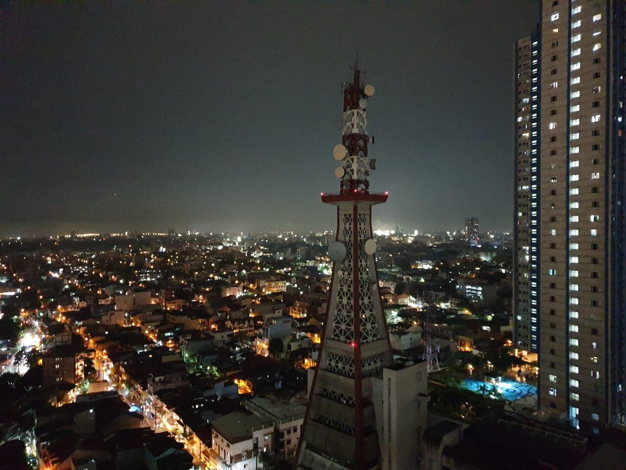 3 bedroom  ideal for family /group of friends staycation condo with panoramic city view at night time