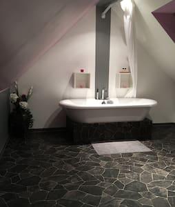 chambre privative sdb et toilettes - Le Coudray-Montceaux - Casa