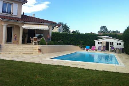 Villa au calme, proche Pérouges - Meximieux - Haus