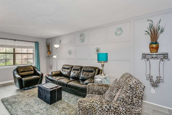 Gorgeous Updated Condo Steps from Bayou Texar and a Boat Ramp - Convenient to Downtown and the Beach