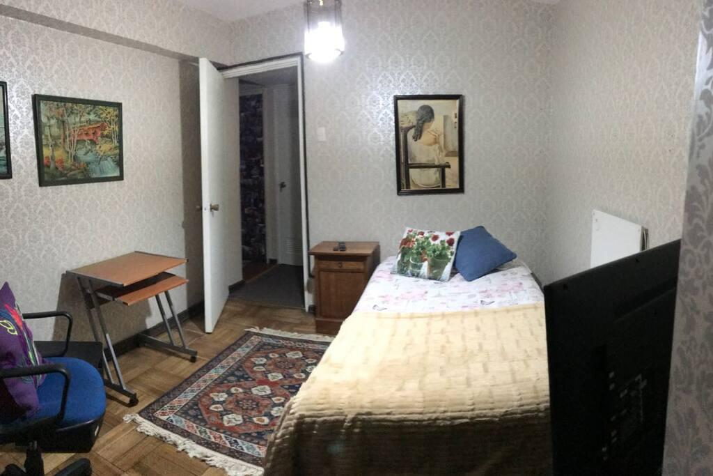 Habitación una persona privada con calefacción y televisión.