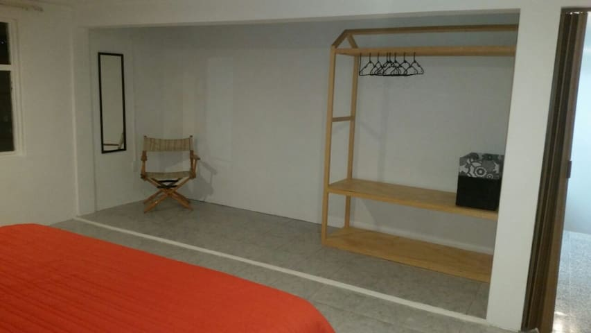 Amplio espacio en cuarto principal con original closet.