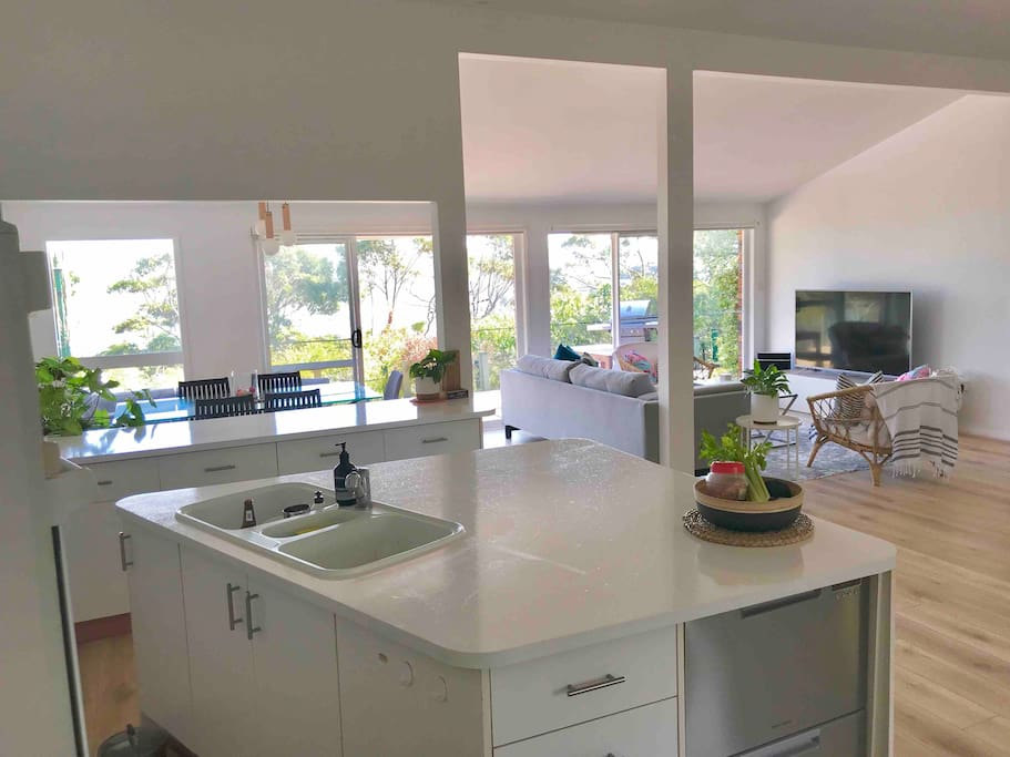 Fully equipped kitchen, gas cooking, wall oven and grill, double dishwasher and microwave