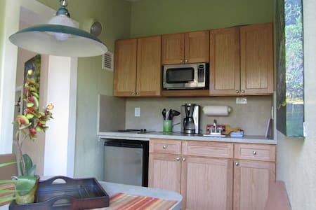 Garden Suite at Suite Dreams Inn - Apartment