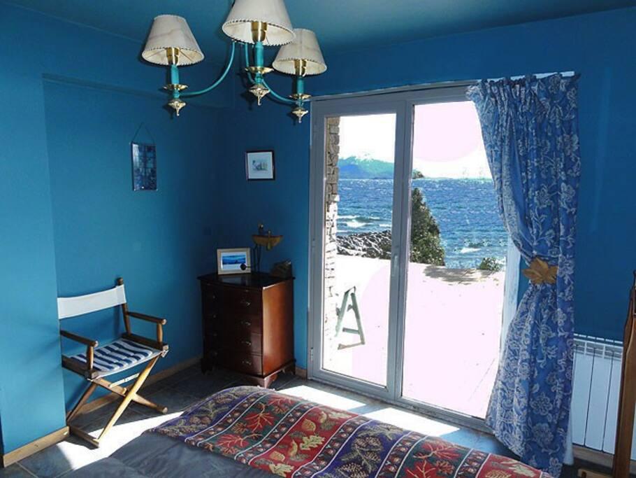 Dormitorio y Deck terraza sobre la playa del lago Nahuel Huapi