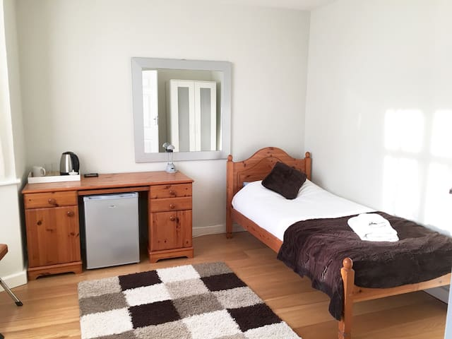 Clean double room, microwave,small fridge & kettle - Cambridge - House