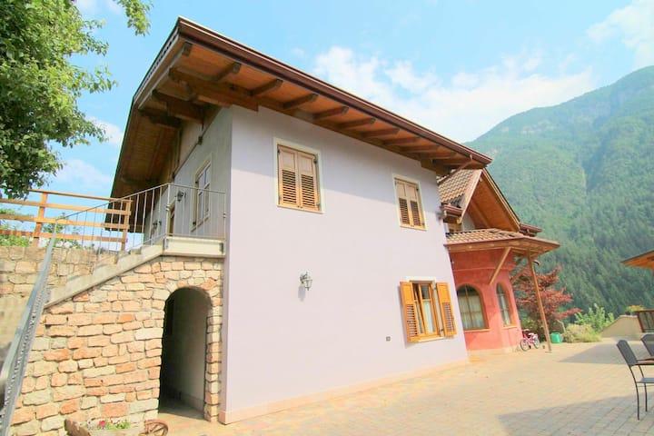 Maison de vacances moderne avec piscine et sauna à Caldes