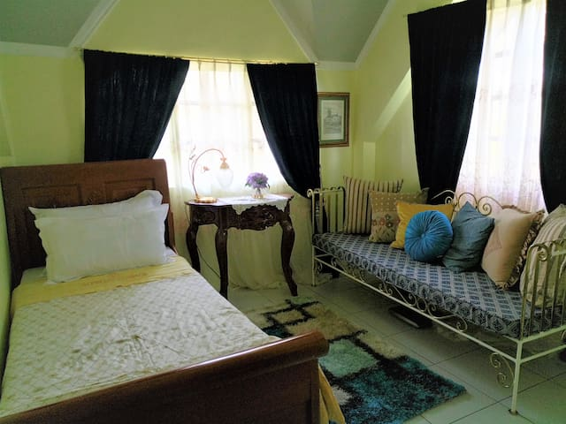 Belfort House B&B: Amaryllis Room w/ Breakfast