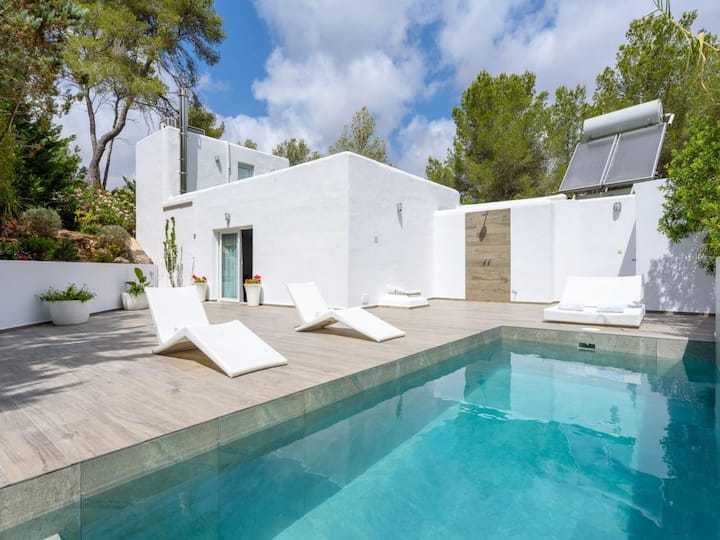 Modern Holiday Home with Pool, Terrace, Wi-Fi and Private Parking