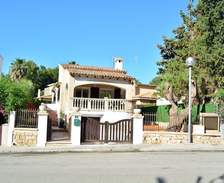 Villa with barbecue near the sea