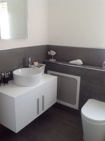 Lovely double bedroo with own bathroom - Dartford - Дом