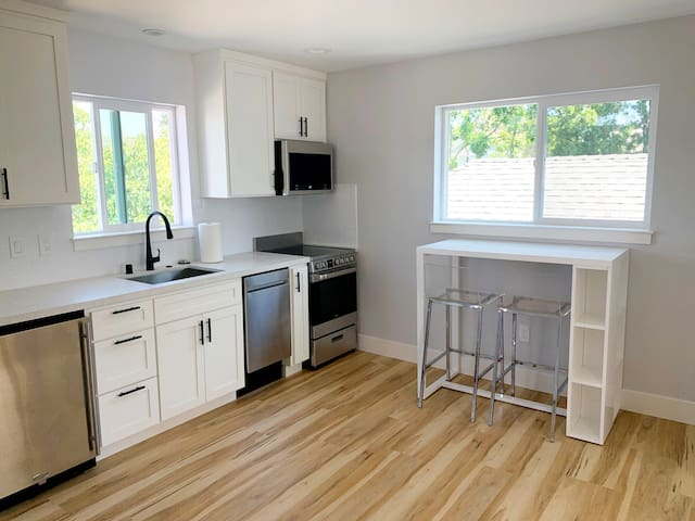 New Modern Guest House - Walkable to Downtown -