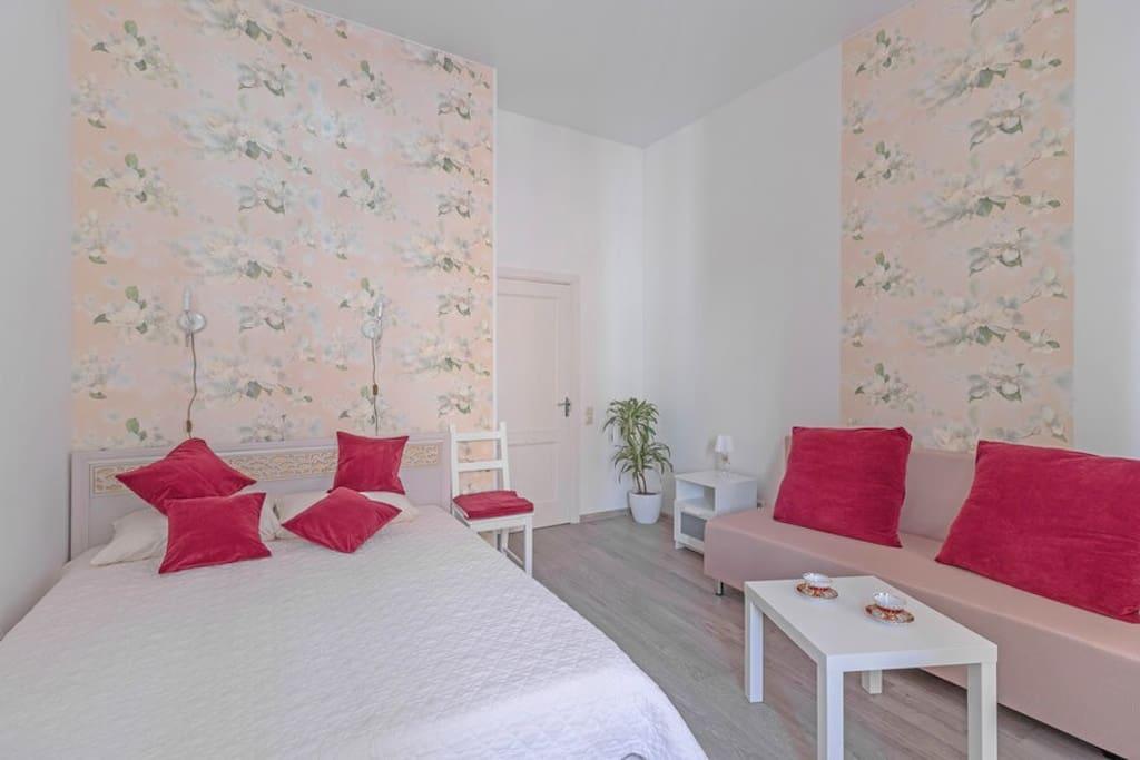 Комната 1 - двухместный номер с большой кроватью. вмещает 4 человека.
