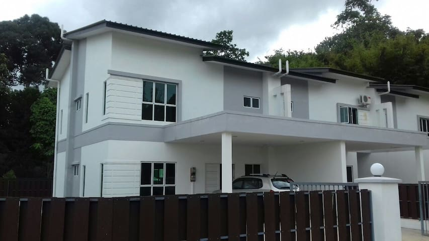 A Nice 3-Bedroom Guest House For The Whole Family - Sengkurong