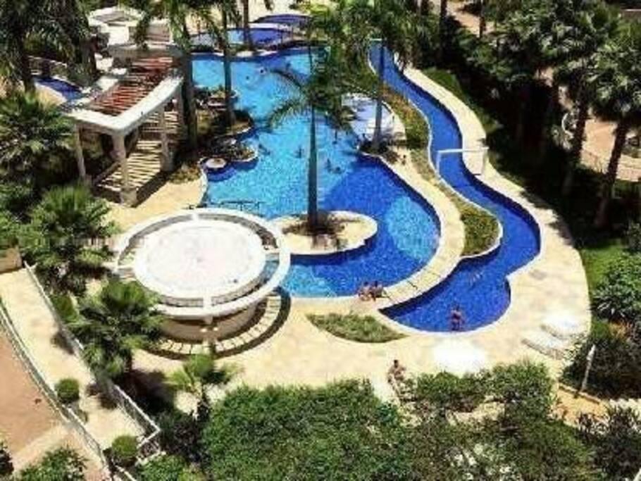 Vista superior do Parque Aquático, com 3 piscinas, deck molhado, e toboágua.